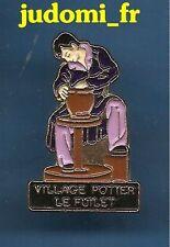 Pin's pin VILLAGE POTIER LE FUILET Artisan Potier POTERIE (ref 020)