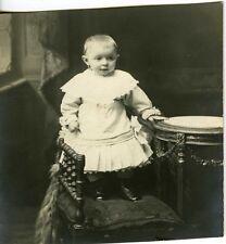 CARTE PHOTO portrait un bébé baby debout sur un siège fashion mode circa 1900