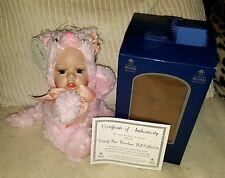 Vanity Fair Stewart Porcelana Muñeca Bebé Rosa Gato Ross * NUEVO * * Coleccionable *