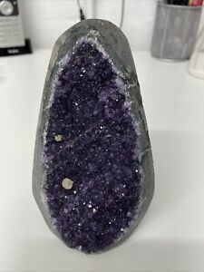 STUNNING AMETHYST CLUSTER STANDING PIECE. 1.1kg OF PURE BEAUTY 14cm TALL X 9CM 2
