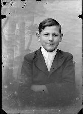 Jeune garçon assis écharpe blanche - négatif photo ancien an. 1940 negative