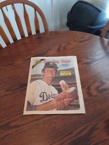 JUNE 22,1974-THE SPORTING NEWS-TOMMY JOHN OF THE LOS ANGELES DODGERS(MINT)