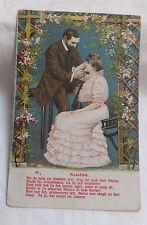 AK  Prägekarte mit Spruch Kusslied elegantes Paar gel. 1904