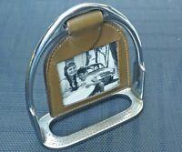 Cadre photo ancien forme d'étrier pour cheval métal chromé et cuir.