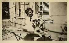 PHOTO ANCIENNE - VINTAGE SNAPSHOT - ANIMAL CHIEN ENFANT TABLE DRÔLE - DOG CHILD