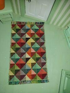 Kunterbunter Miniatur-TEPPICH, geometrisches Dreieckmuster 16,5x9cm,Puppenstube