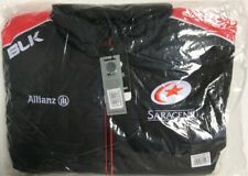 Brand New In Package Saracens Players Zip Up Gillet Black & Red Size 2XL (894D4)