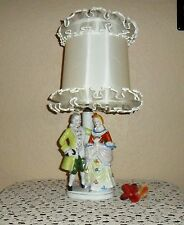 VINTAGE HOLLYWOOD REGENCY 1700'S COLONIAL ATTIRED COUPLE LAMP ORIGINAL SHADE