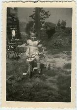 PHOTO ANCIENNE - ENFANT VÉLO TRICYCLE JARDIN -CHILD BIKE GARDEN-Vintage Snapshot