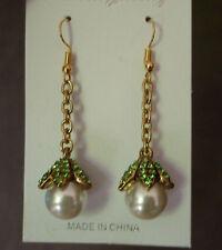 Goudkleurige hanger oorbellen met groene strass en grote witte parel  NIEUW