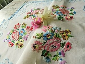 VINTAGE HAND EMBROIDERED TABLECLOTH BEAUTIFUL  HAND STITCHING & LACE