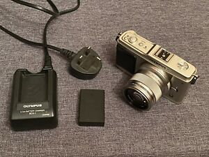 Olympus PEN E-P1 & 45mm F1.8 Lens & Charging Cable & Battery M43