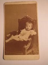 München - auf einem Stuhl Sessel sitzendes kleines Kind - Kulisse / CDV