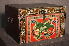 PETIT BAULE COFFRET CHINOISE VERNI NOIR PEINTURE CHIEN D'ÉPOQUE '900 (L 44 cm)