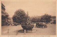GUIMGAMP 25 place du centre et la fontaine de la pompe voiture
