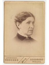 ANTIQUE CAB PHOTO OF A LADY W/ BROACH FROM ANDERSON, INDIANA, STUDIO
