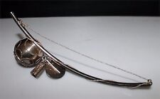 Objet de décoration en forme d'arc avec des breloques en métal argenté