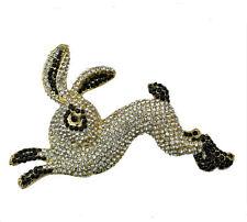 Große Brosche springender Hase goldfarben, weiße und schwarze  Kristalle