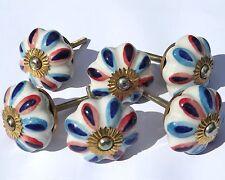 Blanco Flor Con Rojo y azul Pétalos Cerámica Perillas de armario (AJUSTES Latón)