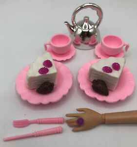 Mattel Barbie Doll Food Accessory DIOROMA KITCHEN PINK RUFFLE CAKE STRAWBERRY