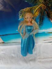 Barbie Puppe, mit blauen Kleid, lange blonde Haare