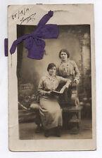 CARTE PHOTO ANCIENNE découpée Femmes Tissu Ruban Étrange Curiosité Souvenir 1914
