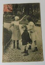 """CPA  Jeux d' enfants  """"Colin-maillard """" Costumes fillettes 1900 , écrite 1904"""