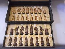 alte Schachfiguren aus Holz im Koffer