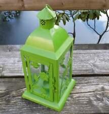 grüne Laterne mit Glasscheiben für eine Kerze oder Teelicht