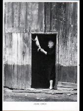 LASCAUX (19) CORPS de FERME / Mathilde CORNARIE dépouillant le LAPIN en 1979