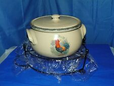 HOME AND GARDEN PARTY STONEWARE POTTERY ROOSTER BEAN POT WITH METAL CARRIER NEW