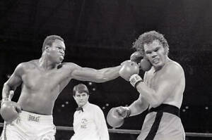 """Larry Holmes Punches Randy """"Tex"""" Cobb 1982 OLD BOXING PHOTO"""
