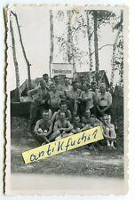 Foto : WH-Soldaten in Polen vor Schild : FINNE WYSSOZKOE im 2.WK