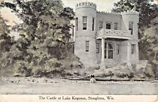 Stoughton Wisconsin ~ The Castello presso Lago Kegonsa-Man Seduta Sul Rock