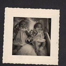 Photo Amateur / Bébés SOEURS JUMELLES & POUPEE en 1954
