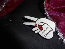 Chanel Les Mains Brosche weiß im Chanel Beutel neu