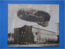 Großformatiges Foto Fesselballon Beobachtungsballon vor Halle