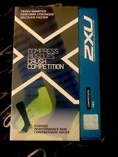 2XU Men's Striped Run Compression Socks, Titanium/blue, X-Large