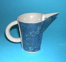 Studio Art Pottery-PRETTY BIRD forme carafe avec de jolies bleu/vert émail.