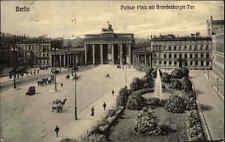 Berlin 1925 Pariser Platz Brandenburger Tor Kutsche Fahrzeuge Brunnen Menschen