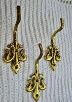 3 anciens accroche-torchons en laiton-motif fleur de lys