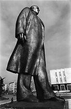 PHOTO 1989, STATUE GEANTE  DU PRESIDENT  ALBANAIS ENVER HOXHA (1908-1985)