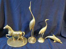 Lot d'animaux en laiton, cheval dauphin grue oiseau objets de vitrine statuettes