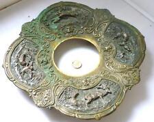 Latón Antiguo y bronce salvamanteles soporte escena de caza ricamente ornamentada