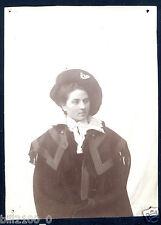 photo ancienne . femme avec un béret militaire . famille de militaire . un nom