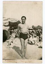 CARTE PHOTO c.1950 .  ambiance plage  . Homme et son ombre en maillot de bain