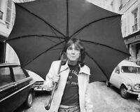 DAVID CASSIDY WALKS DOWN LONDON STREET APRIL 1974  8X10 PUBLICITY PHOTO (OP-869)