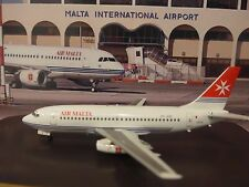 Air Malta Boeing 737-200 9H-ABF Aircraft model with Old Livery+Bonus desk pen