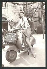 Angie Dickinson su Vespa Piaggio - riprod. moderna di foto d'epoca - cartolina
