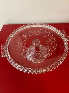 Alte schöne  Tortenplatte aus Glas, mit Fuß, mit Muster, D=32 cm, H= 10,5 cm
